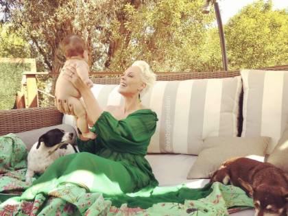 L'emozione e la fatica di Brigitte Nielsen nel diventare mamma a 54 anni