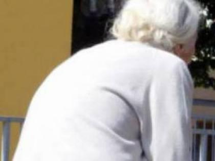 Sottraeva soldi alla nonna e i nipoti-detective fanno arrestare la fisioterapista