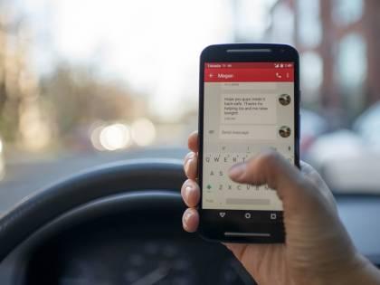 La proposta della polizia stradale: cellulare alla guida? Il ritiro della patente sia immediato