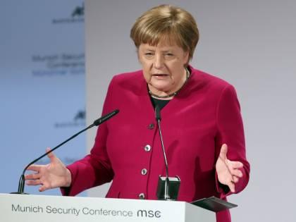 """Dossier accusa la Merkel: """"Ha accolto migliaia di criminali stranieri"""""""