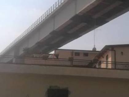 I ponti a rischio tra Napoli e Caserta, dove i cavalcavia sfiorano le abitazioni