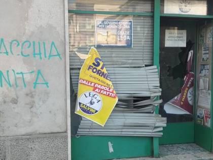 Vetri rotti, insulti e scritte choc a Varese: la Lega adesso è sotto attacco
