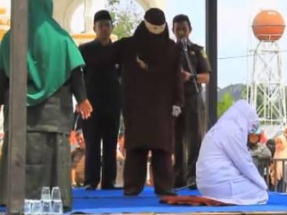 Indonesia, violazione della sharia: coppie non sposate frustate in piazza