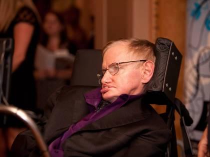 L'infermiera di Stephen Hawking radiata dall'albo: non ha fornito le cure