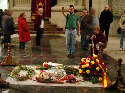 La Spagna si spacca su Franco: seppellirlo o no con la bandiera?