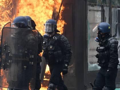 La violenza dei black bloc è l'arma migliore di Macron