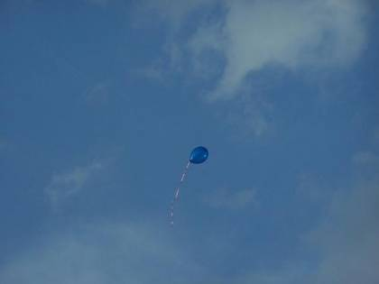 Il palloncino lanciato dai bimbi di un asilo percorre più di 100 km con un messaggio