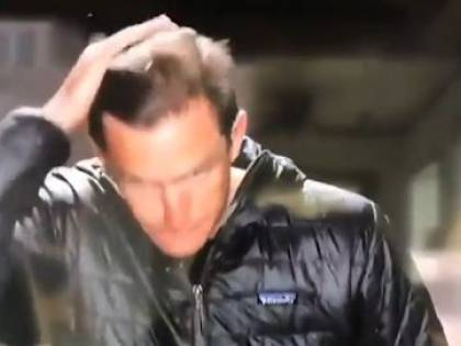 Giornalista si sistema i capelli con la saliva, il fuorionda imbarazzante fa il giro della rete