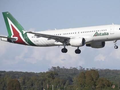Volo Alitalia per New York atterra a Londra: arrestato passeggero