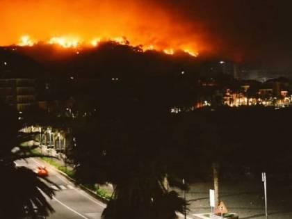 Un vasto incendio a Cogoleto minaccia le abitazioni