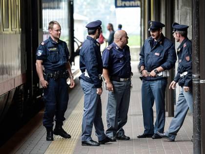 Rumeno con bottiglia sul treno terrorizza passeggeri e attacca agenti