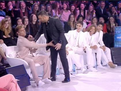 """Amici, Ricky Martin tocca """"le parti basse"""" di Amedeo"""