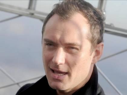 Jude Law, papa in costume bianco a Venezia