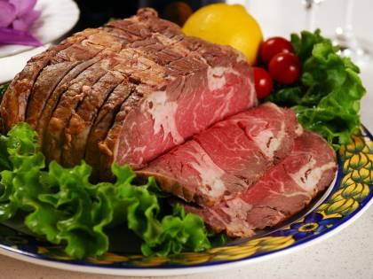 Muore soffocato da un boccone di carne alla festa di compleanno della moglie