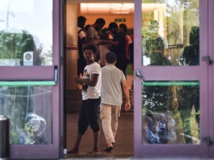 Migranti smembrano una pecora nel cortile del centro profughi