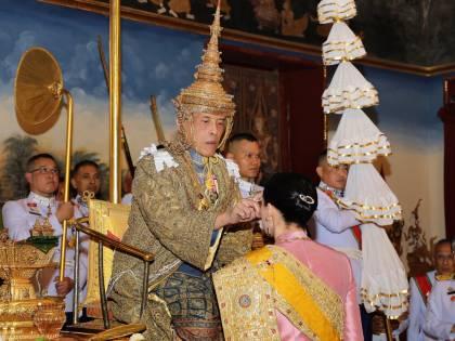 Thailandia, il re poligamo sposa l'amante davanti alla moglie