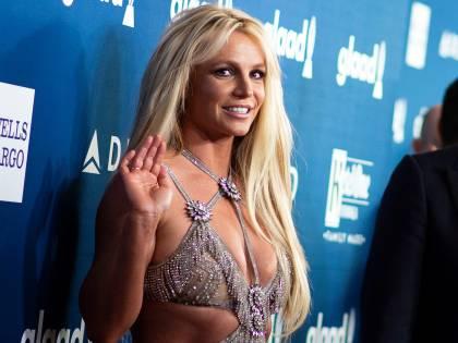 Britney Spears sexy mentre fa yoga