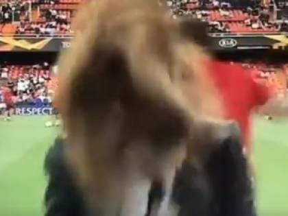Incidente in diretta tv: la pallonata colpisce la giornalista sportiva