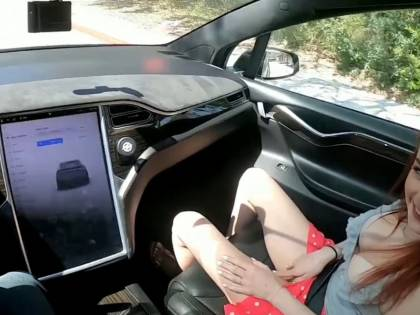PornHub, il video sulla Tesla autopilot fa record di visualizzazioni. Ma è molto pericoloso