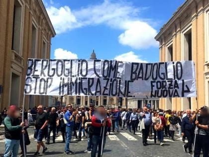 """Migranti, blitz di Forza Nuova all'Angelus: """"Bergoglio sei come Badoglio"""""""
