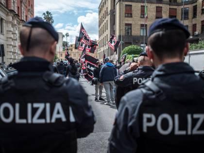 Bologna, violenti scontri tra polizia e manifestanti contro il comizio di Forza Nuova