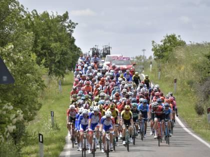 Giro d'Italia, 4a tappa: vince Carapaz. Brutta caduta per Dumoulin