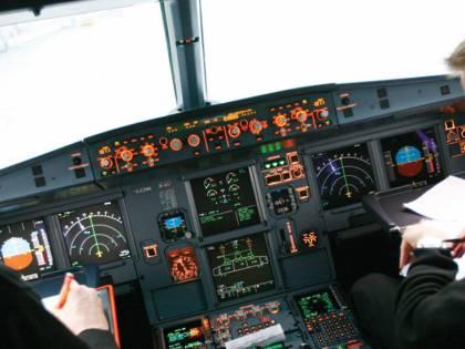Pilota rovescia il caffè sul pannello di controllo e il volo è costretto ad atterrare