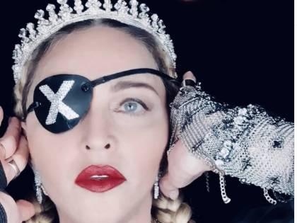 """Madonna """"stecca"""" all'Eurovision. E porta sul palco le bandiere di Israele e Palestina"""