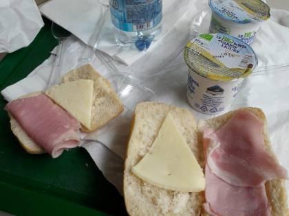 L'ennesimo pranzo choc ai bambini di Milano Ristorazione: un panino mezzo vuoto