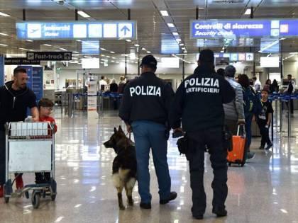 Bologna, aeroporto in tilt: pregiudicati magrebini fuggono da pista