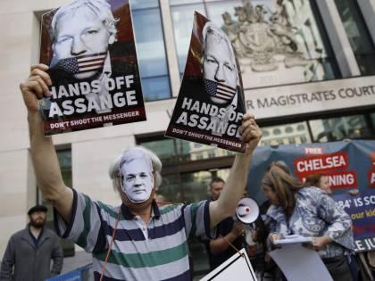 Assange, niente estradizione in Svezia. Ma il fondatore di Wikileaks è ancora a rischio