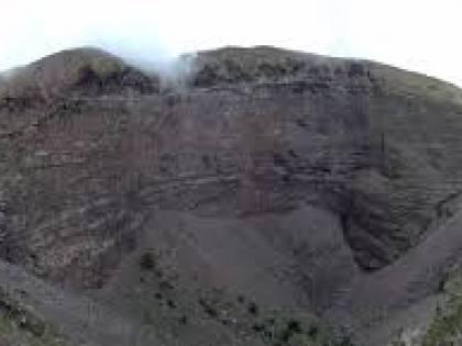 Giù nel cratere del Vesuvio, salvato dall'elicottero del soccorso alpino