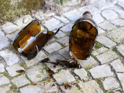Pugni e bottigliate ai poliziotti: un somalo ferisce un agente