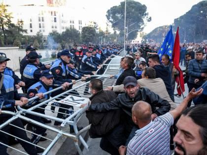 Tirana si avvicina al voto nel clima di guerra civile