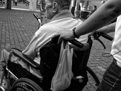 Casa famiglia chiusa: maltrattamenti su 94enne