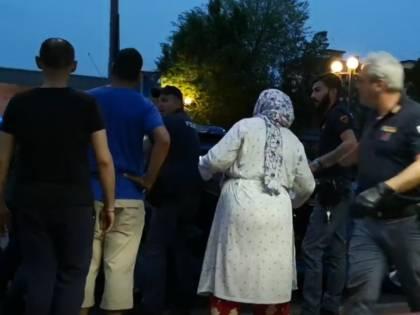 Agenti circondati e aggrediti: l'attacco di un gruppo di stranieri