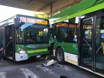 Milano, incidente fra bus all'uscita del deposito Atm