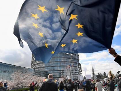 È scontro tra governo e Ue: e ora gli italiani non si fidano più di Bruxelles