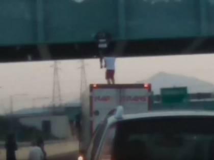 Tenta il suicidio dal cavalcavia, ma il camionista lo prende al volo