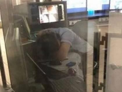 Metro Roma, addetto alla vigilanza sorpreso a sonnecchiare. Lo scatto è virale