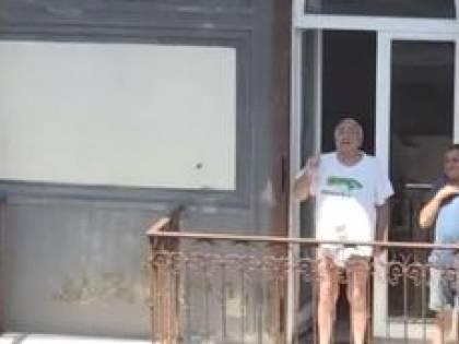Napoli, pensionato (in mutande) parla con Conte dal balcone