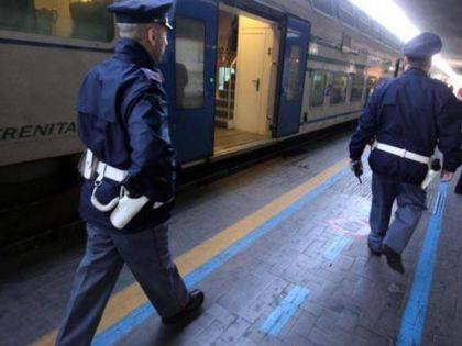 Sul treno senza biglietto, ferisce 2 agenti. Aveva un coltello di 23 centimetri