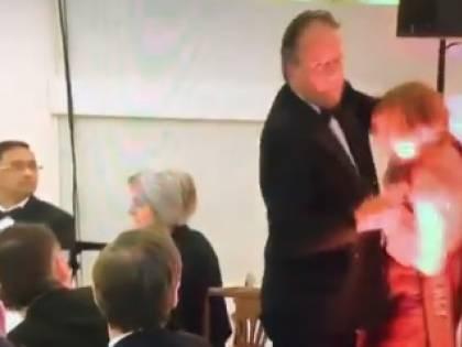 Prende per collo attivista, Theresa May sospende sottosegretario a Esteri