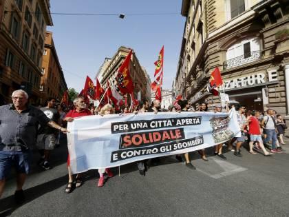 """Roma, corteo contro gli sgomberi: """"Salvini sceriffo"""""""