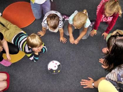 Lavaggi del cervello e scosse ai bambini da dare in affido