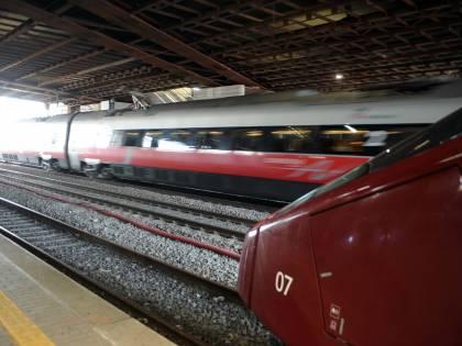 Uomo attiva freno d'emergenza del treno e picchia il macchinista