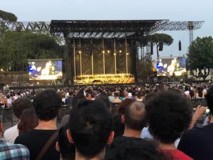 Lucca, ultimo concerto di Ennio Morricone. La Protezione civile porta l'acqua agli spettatori assetati