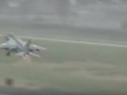 Jet decolla e si scontra con stormo di uccelli: il pilota salvo per miracolo