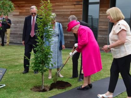 La Regina Elisabetta pianta un albero
