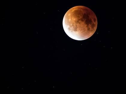 Arriva l'eclissi parziale: ecco quando e dove vedere la Luna Rossa